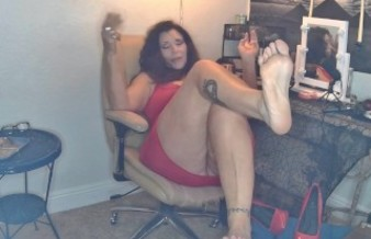 amatuer mature MILF with size 10 bare feet makes makes you cover her soles in cum